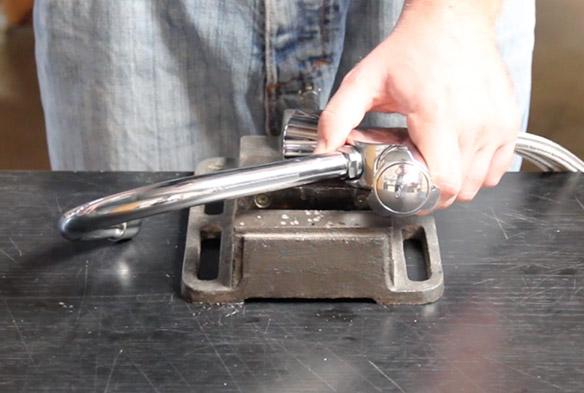 etape 1 remplacer le bec de son mélangeur