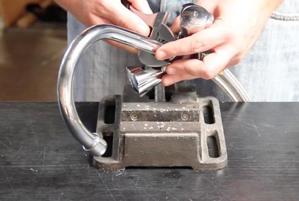 etape 2 remplacer le bec de son mélangeur