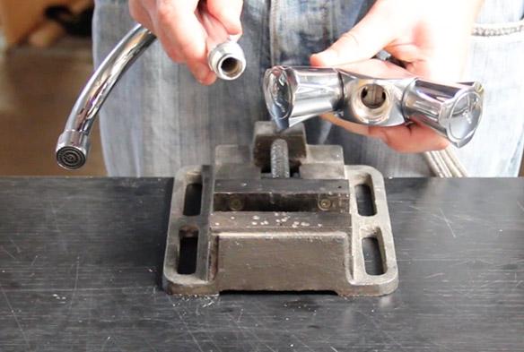 etape 4 remplacer le bec de son mélangeur