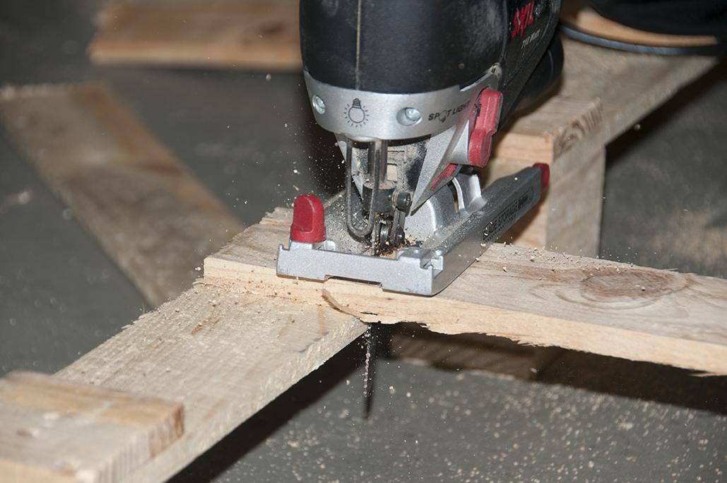 Appuyez-vous le long des planches fixées pour faciliter votre découpe