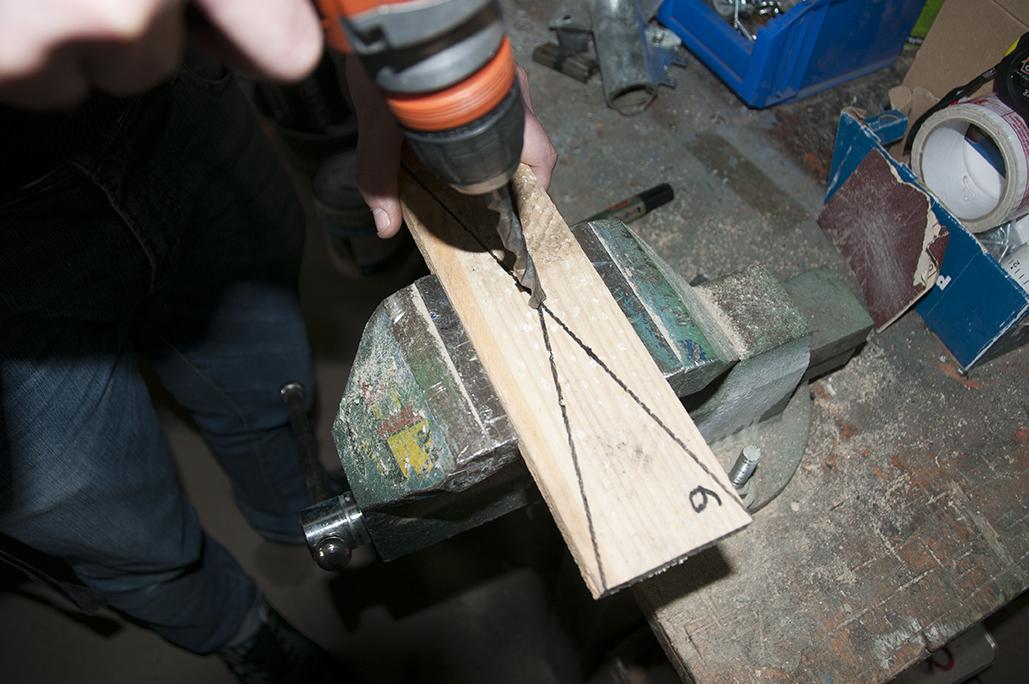 4/ À l'aide d'une perceuse et d'un foret bois, percez chacune des planches en son centre