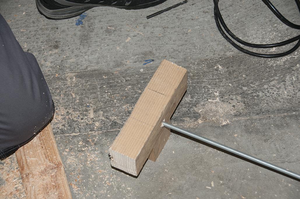 3/ Repérez les emplacements des morceaux de bois B et C sur le morceau de bois A à l'aide d'un crayon